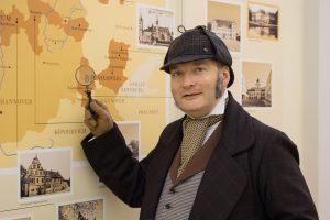 Der Museumsdetektiv vor der Karte der Welfischen Stammlande im Schlossmuseum Braunschweig (c) Fotografin Victora Heyer